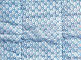 stofdetail deken quilt peuter/kind - blockprint op wit: druppelblaadje