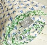 deken quilt peuter/kind dik - blockprint op wit: bladmotief groen met blauwe aapjes_