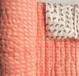 deken quilt peuter/kind dik - blockprint: koraalroze op off-white met flamingo's op wit._