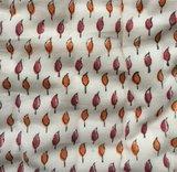deken quilt peuter/kind dik - blockprint op wit: bruinrood met mini blaadjesprint_