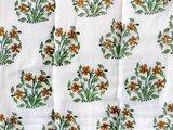 detail deken quilt eenpersoons reversible blockprint -groen met cognac op wit