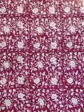 stofdetail kimono quilted katoen -raspberry blockprint on white/ flower branche