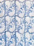 stofdetail kimono quilted katoen -blue blockprint on white/ paisley print