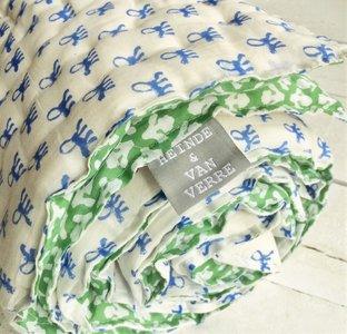 deken quilt peuter/kind dik - blockprint op wit: bladmotief groen met blauwe aapjes