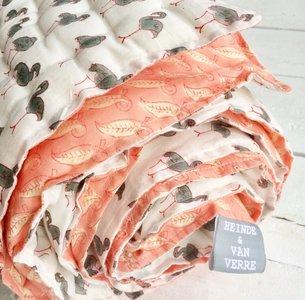 deken quilt peuter/kind dik - blockprint: koraalroze op off-white met flamingo's op wit.