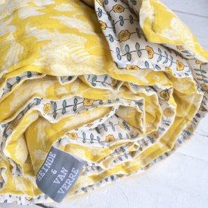 deken quilt peuter/kind dik - blockprint op wit: geel met boterbloempjes