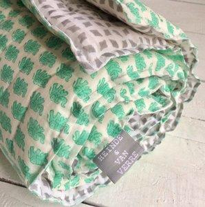 deken quilt peuter/kind dik - blockprint op wit: groene olifantjes met grijze strooiprint
