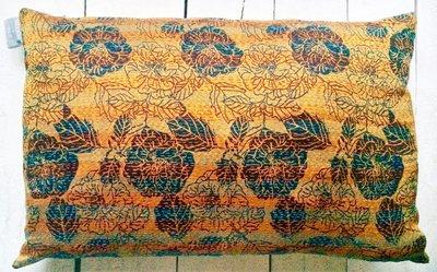 sierkussen  vintage zijde/linnen 1 -zwarte bloem op goud/oker
