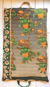 VERKOCHT-kussen pick-up 2 -vintage katoen met hengsels oranje-army met oranje rozen/bruin